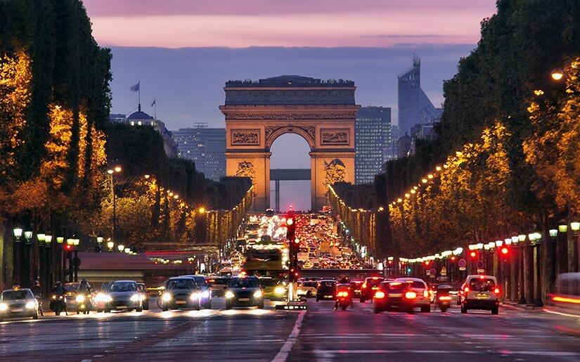 שער הניצחון באורות הלילה של פריז